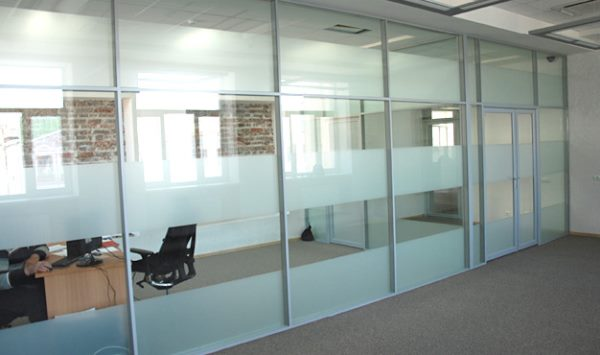 стекло для каркасной перегородки