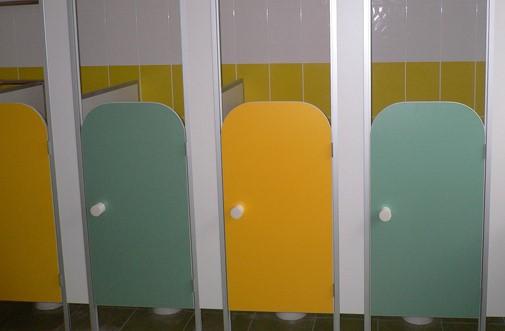 туалетные перегородки в школе