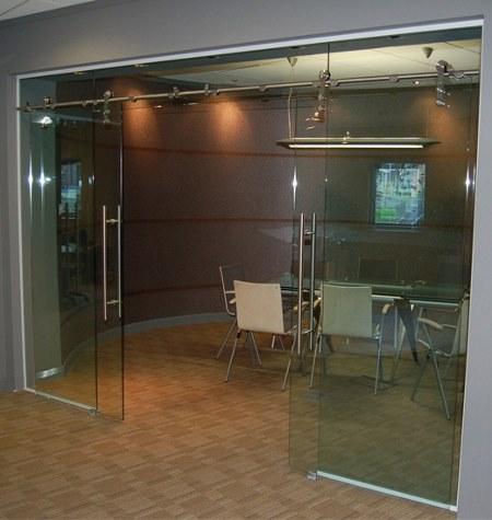 межкомнатные стеклянные двери купе