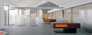 стеклянная перегородка гармошка в офисе