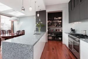 стойка из камня на кухне